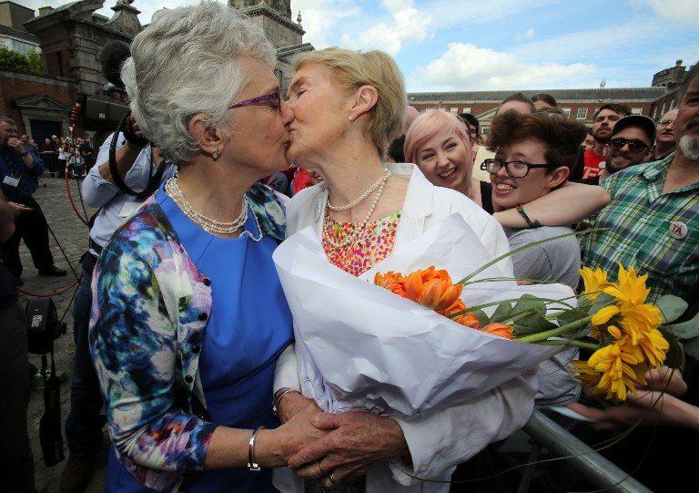 La senadora irlandesa Katherine Zappone besa a su pareja Ann Louise Gilligan al recibir los resultados del referéndum.