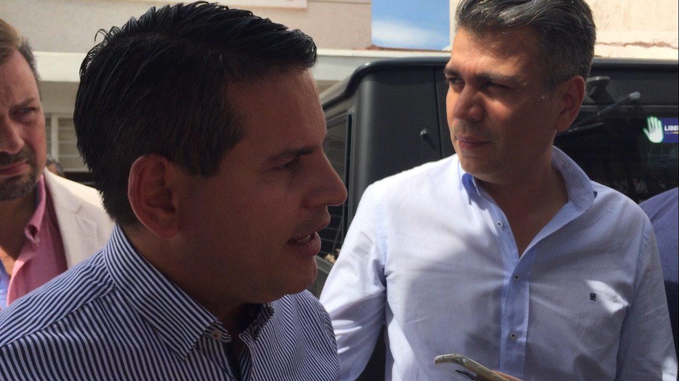 El candidato Fabricio Alvarado con su jefe de campaña, Juan Carlos Campos, quien confirmó la contratación de la empresa mexicana Espora.