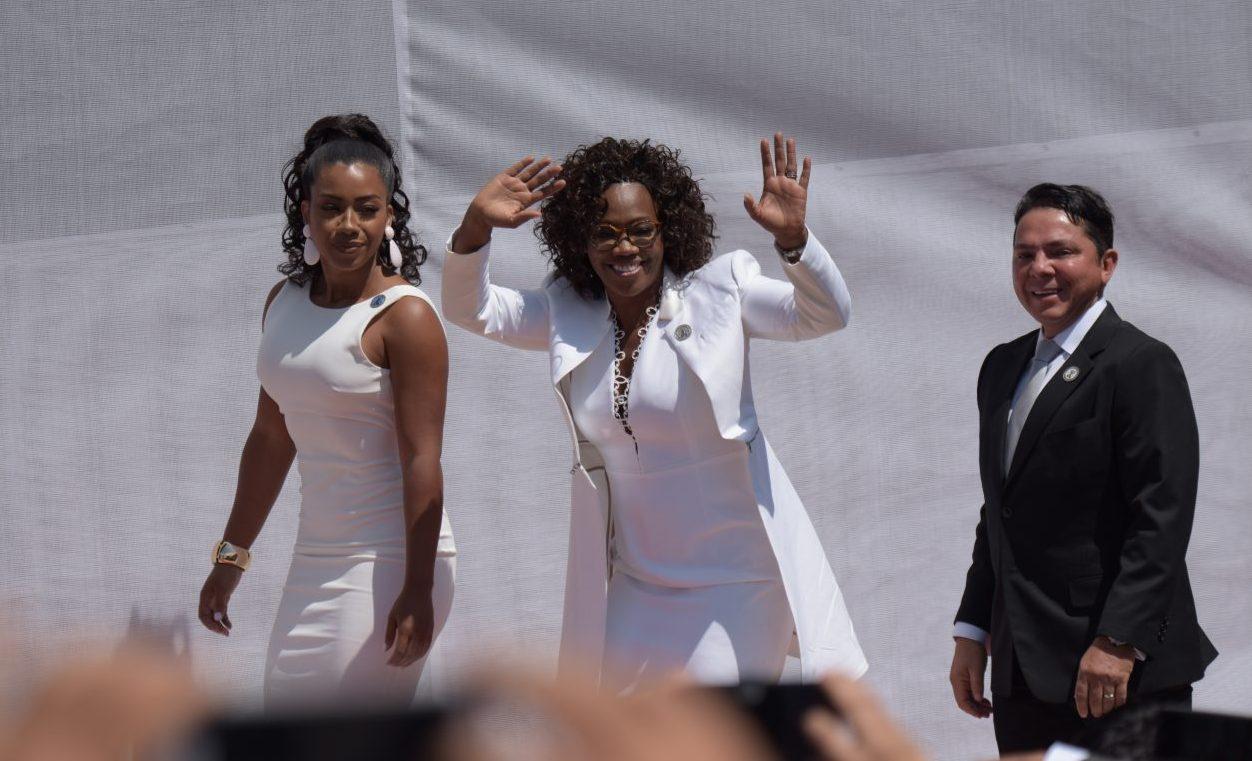 Epsy Campbell en el traspaso de poderes el 8 de mayo junto a su hija Tanisha y a su marido Berny Venegas.