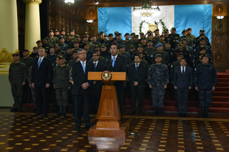 El presidente guatemalteco, Jimmy Morales, hizo su anuncio en una conferencia de prensa rodeado de la cúpula militar y sin preguntas de los periodistas. AFP /ORLANDO ESTRADA