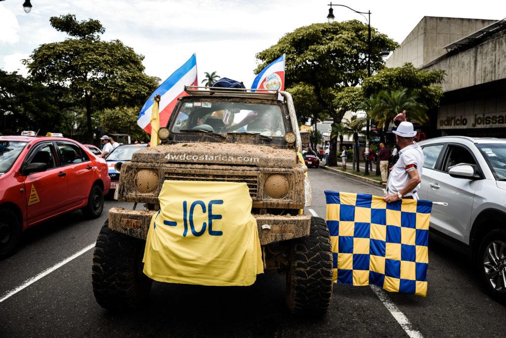 Funcionarios del ICE llevaron consigna a una de las marchas durante las cuatro semanas de huelga contra el plan fiscal. Foto: Miriet Ábrego