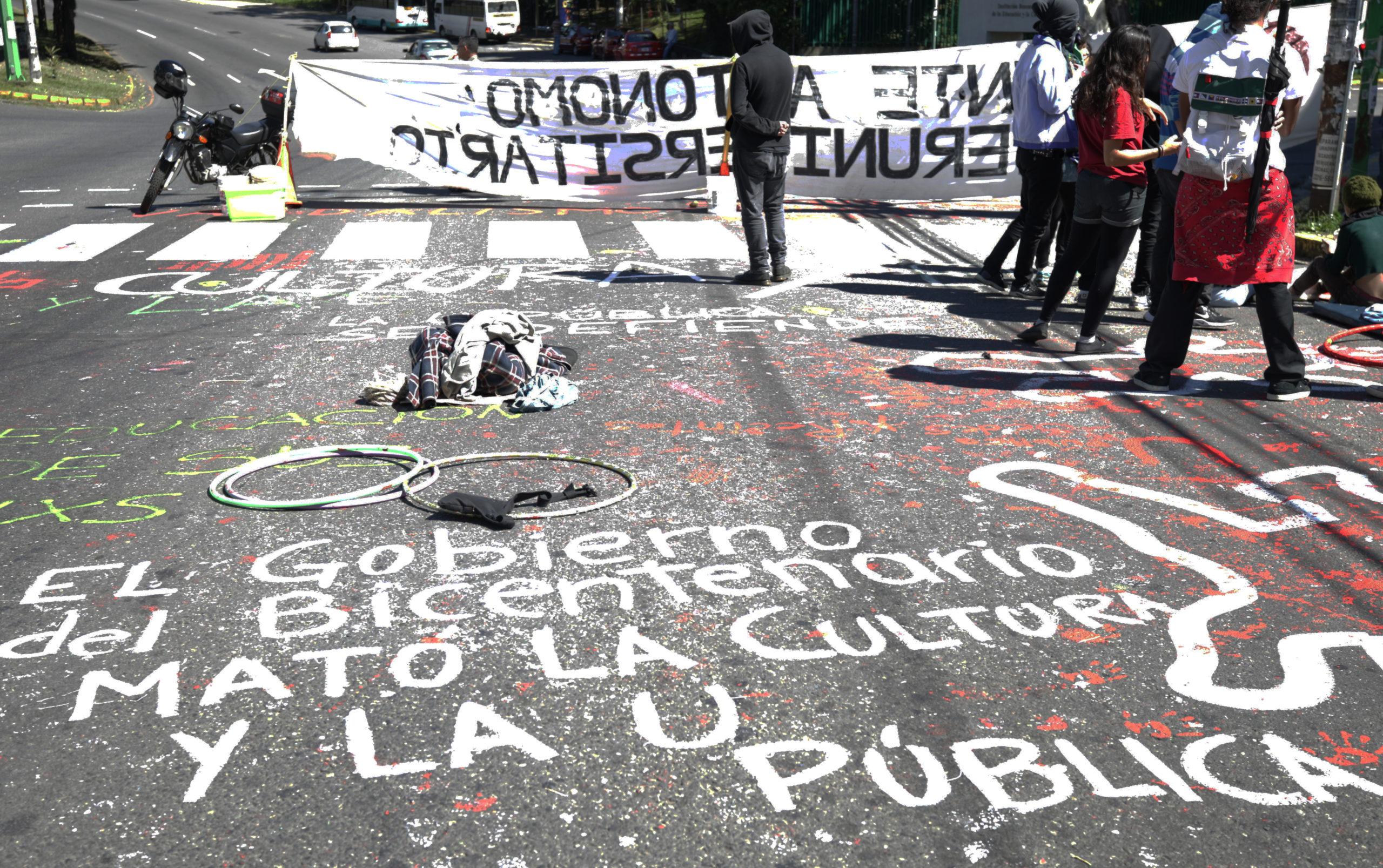 Grupo de estudiantes bloquea dos carriles frente a la Facultad de Derecho de la UCR, hoy jueves 21 de noviembre (Foto: Katya Alvarado).