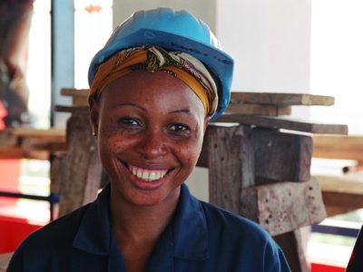 Grace limpia ventanas en un edificio de Tanzania por $1 al día. (Foto: Marcel Crozet-OIT)