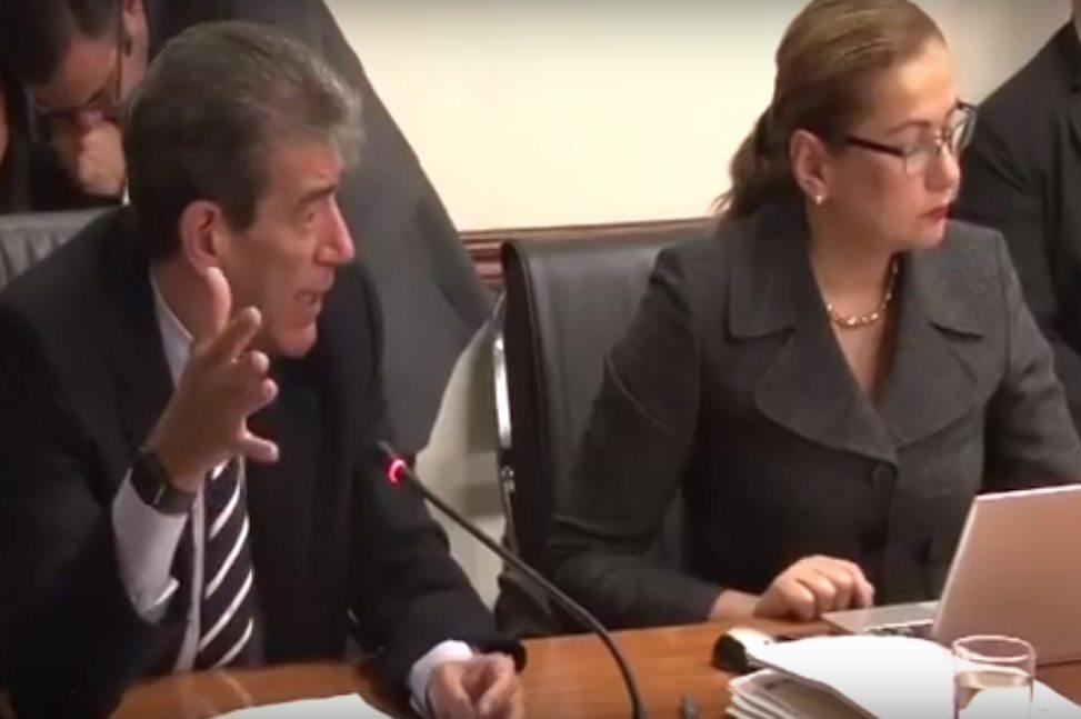 El gerente general del BCR, Mario Barrenechea, y la directora de esa entidad Paola Mora, durante una comparecencia e la Asamblea Legislativa.