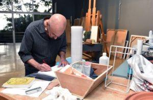 En su casa, el pintor tiene un taller para el óleo y otro para el acrílico