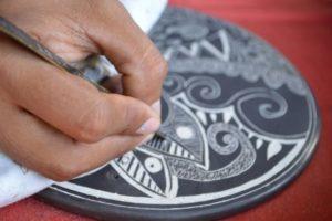 La cerámica Chorotega se distingue por la arcilla que se utiliza y los colores y diseños que sobre ella se trabajan, inspirados en arte precolombino