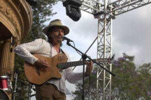 El cantautor costarricense Óscar Pino es uno de los 10 concursantes en el FICA