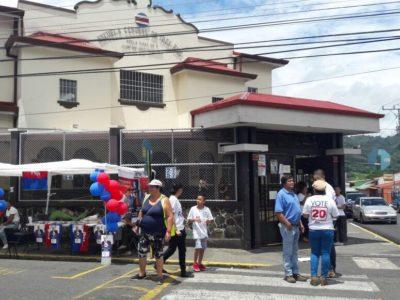 Ambiente fuera de la escuela central de Tres Ríos durante la votación interna del PUSC.
