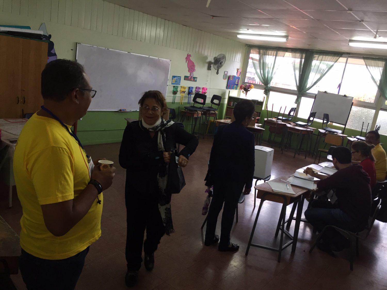Elizabeth Campos votó en la tardeen la escuela central de Santo Domingo de Heredia, cantón con 34.000 electores.