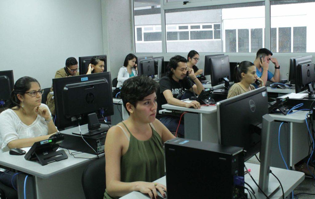 Parte del equipo de encuestadores que trabajaron para el estudio CIEP-Universidad haciendo entrevistas mediante llamadas a teléfonos celulares, a seis meses de las elecciones 2018