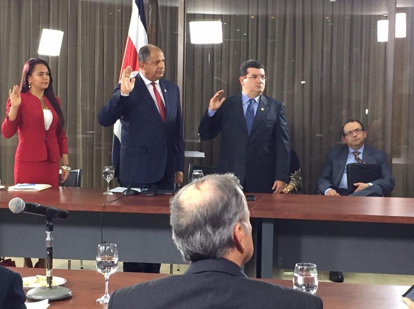 El presidente Solís y sus ministros ante la comisión de diputados que investiga los créditos públicos al cemento chino