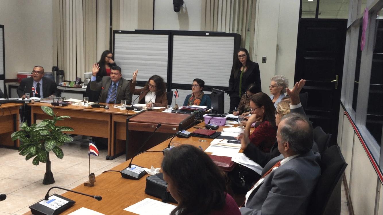 Ronny Monge, Patricia Mora y Ottón Solís (todos con la mano arriba) fueron minoría en la votación sobre la pretendida comparecencia del magistrado Celso Gamboa.