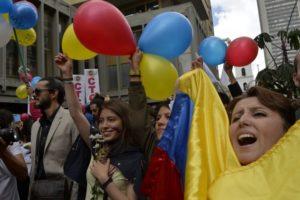 La ciudadanía colombiana celebró con alegría la noticia de los acuerdos que dan inicio al proceso de pacificación en su país.