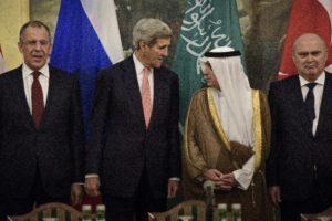 De izquierda a derecha: El ministro ruso de Exteriores, Sergei Lavrov; el secretario de Estado estadounidense, John Kerry; el ministro de Exteriores saudí Adel al- Jubeir; y el ministro de Exteriores turco, Feridun Sinirlioglu, se reunieron un día de la cita del pasado 30 de octubre, en Viena, Austria.