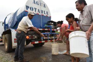 Un camión cisterna asiste con agua potable a vecinos de Veracruz de Pital de San Carlos.