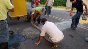 Vecinos de San Gerardo de Ticabán movilizados por los integrantes del Territorio Seguro construyeron reductores de velocidad en la vía que pasa frente a la escuela.