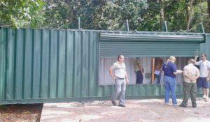 La foto muestra el momento en el que la directora del Área de Salud de Quepos, Alejandra Quesada, suspende la instalación de contenedores destinados a la venta de comidas en el Parque Manuel Antonio, por no contar con los permisos respectivos.