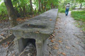 Vigas de concreto como estas fueron adquiridas para la construcción de un puente a la antigua entrada del Parque Manuel Antonio, pero luego fueron abandonadas sobre la arena.